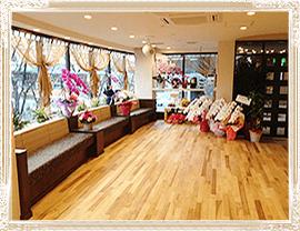 ダンスカレッジ東野 お花に囲まれたエレガントな雰囲気の中でダンスを楽しめます 参考画像